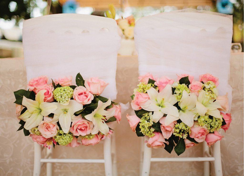 sillas de contrayentes con flores