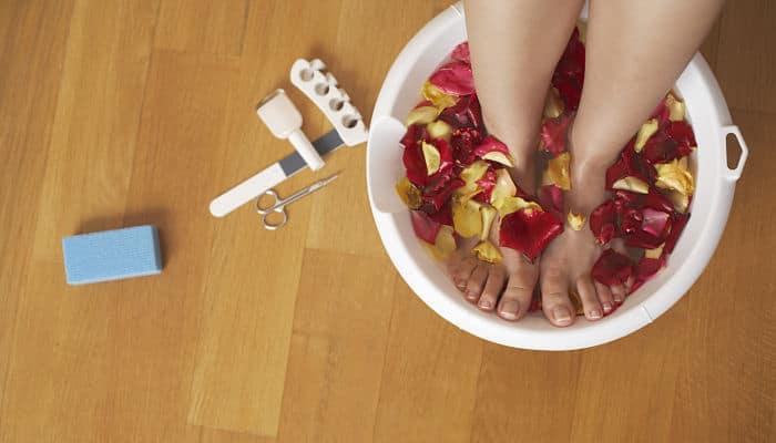 quitar el mal olor de las sandalias