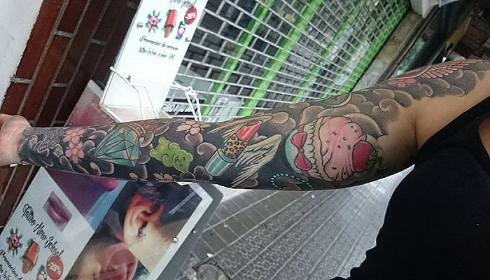 brazo con tatuaje