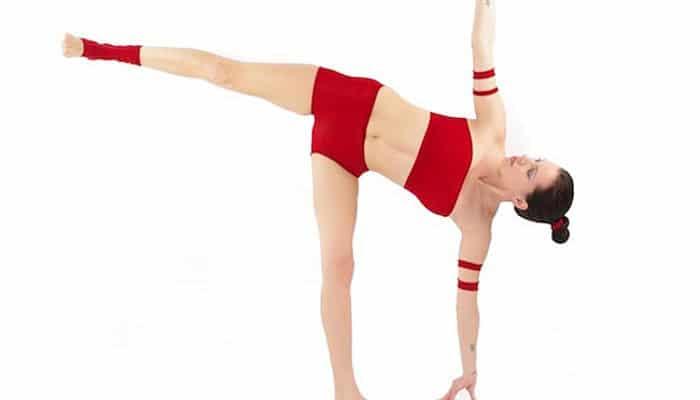postura de la media luna yoga