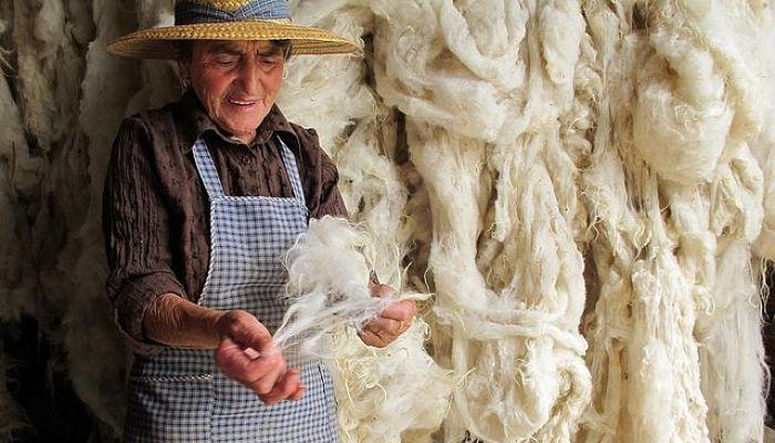 Lana que da vuelta en el hilado en la elaboración de alfombras