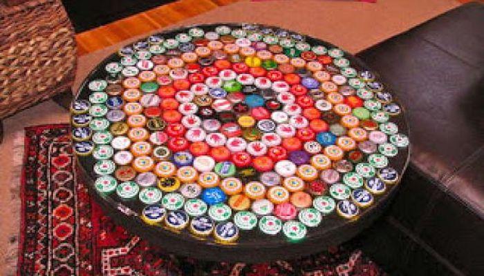 Mesas decorada con chapa de botellas de cristal para licores