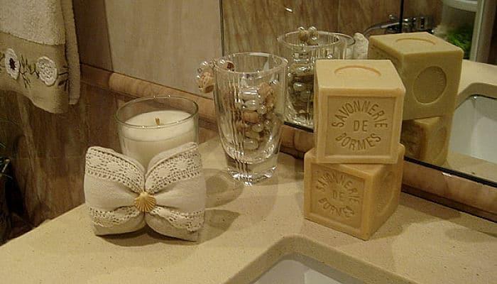 Tarros de cristal decorados para el baño